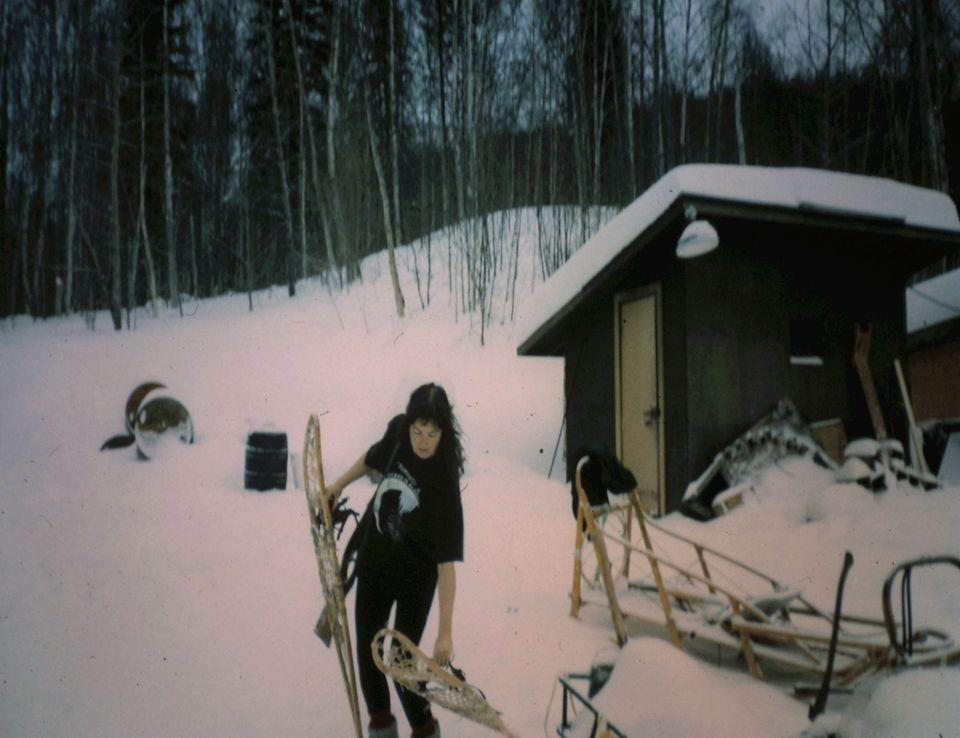 Linda with snowshoes: in the snowy landscape of Alaska, this is often the only way to get around.